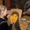 Laps joonistab lastekirjanduse keskuse kunstikambris